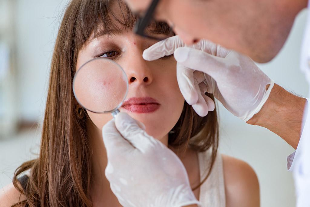 osmotr-vracha-dermatologa