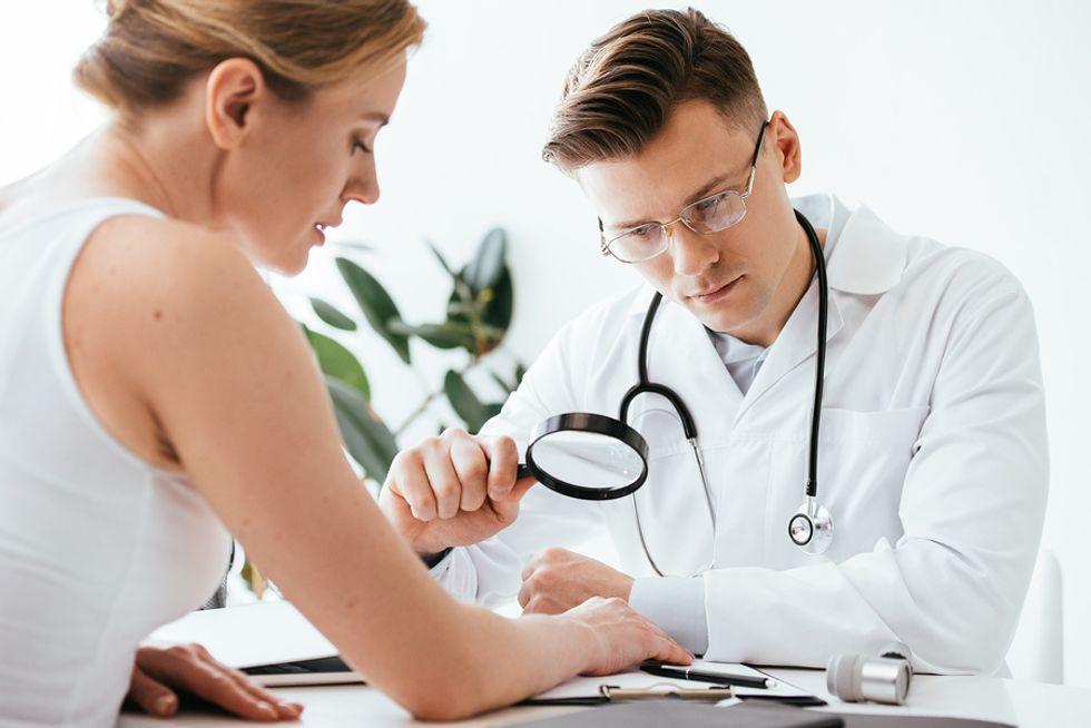 dermatolog-osmatrivaet